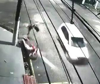 スクーターが車にはね飛ばされる