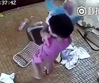 2歳の少女が赤ちゃんの世話をするが