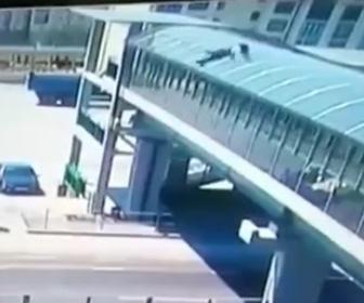 歩道橋の屋根から男性が落下