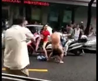 裸の男が子供に襲いかかる