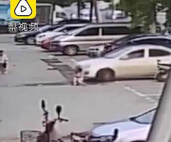 3歳少女が車に轢かれる