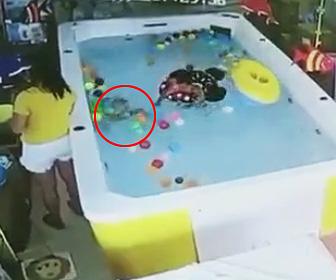 幼児が溺れてしまう
