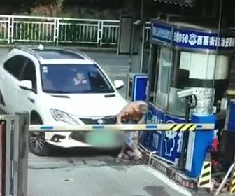女性ドライバーが警備員を轢いてしまう