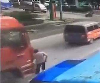 大型トラックに轢かれてしまう