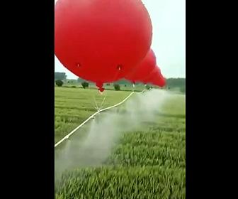 風船を使い農地に水を撒く