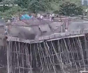 建設中の橋が崩落