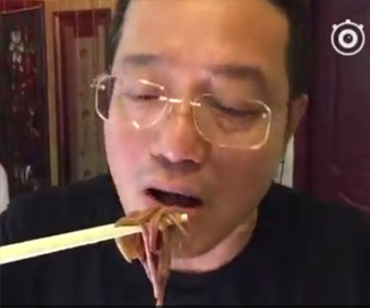 ゴカイを生で食べる中国人