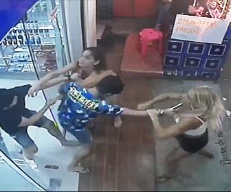 女性観光客と店員が喧嘩