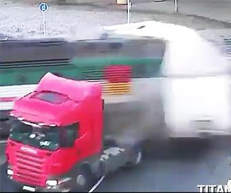 踏切でトラックに電車が突っ込む