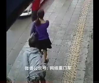 少女のスカートの中を盗撮