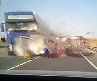トラックと正面衝突