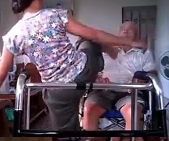 おじいさんを虐待する介護士