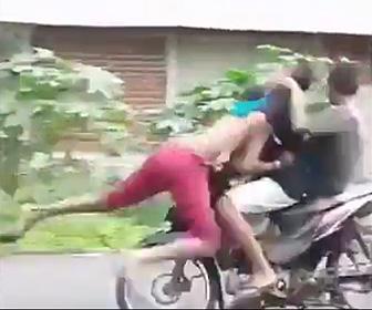 少年がバイクにはね飛ばされる