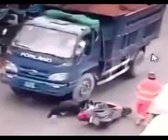 バイカーがトラックに轢かれる