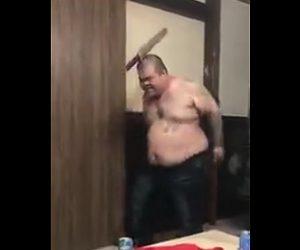 剣を頭に刺すヤバい男