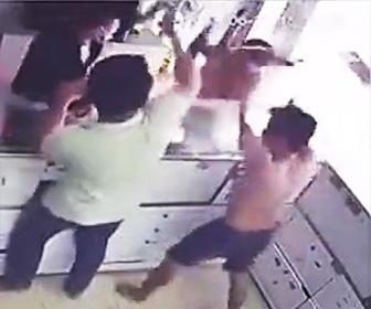泥棒がボコボコニされる