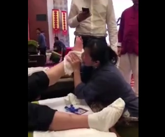 客の足にかぶりつく女性