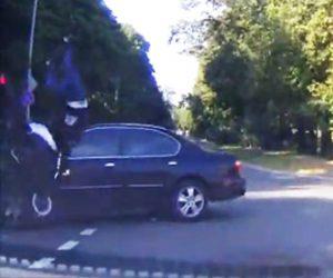 バイカーが車に激突し屋根に乗る