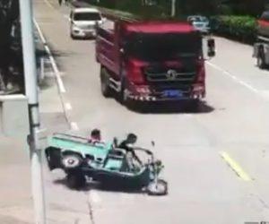 オート3輪にダンプカーが突っ込む