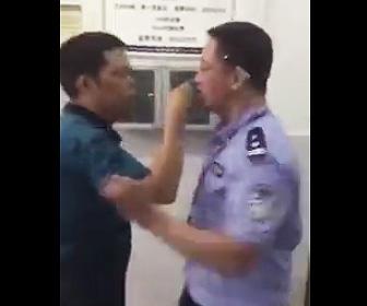 警察官に投げ飛ばされる男