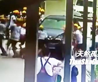 小学生の行列に突っ込む車