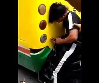 バスに突っ込むバイク