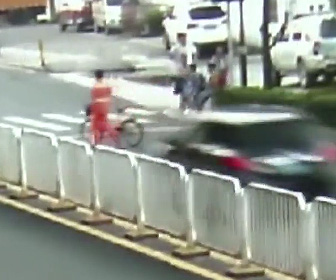 作業員が横断歩道で車にはね飛ばされる