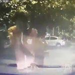 【動画】強盗達が銃で車を襲うが、運転手が車で強盗に突っ込む