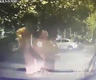 強盗に車で突っ込む