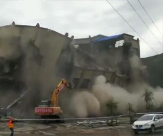 解体中のビルが崩壊してしまう