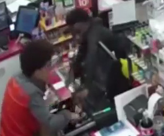 店員が心臓発作。少年2人が金を盗む