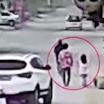 【動画】女性が運転するSUV車が犬を散歩する母と娘を轢いてしまう衝撃事故