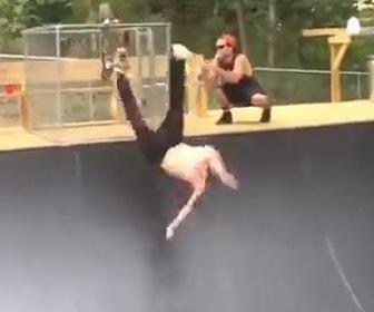 スケートボーダーが転落
