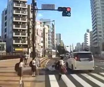 吉澤ひとみがひき逃げする瞬間の映像