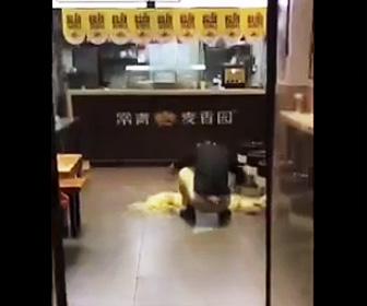 床に麺を置き作業する