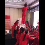 【動画】仲間を信頼し後ろ向きで女性が飛び降りるが…