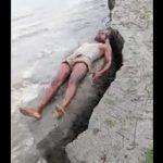 【動画】川辺で日光浴する男性。突然地面が崩れ姿を消す