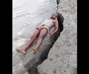 地面が崩れ男性が川に転落