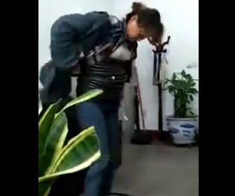 【動画】ケーブルをお腹に巻きまくり盗もうとした女性