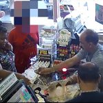 【動画】セブンイレブンで客の女が店員と口論になりカウンターにコーヒーをぶちまける