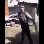 【動画】防弾チョッキを着た男性が自分の腹に銃を撃つが…