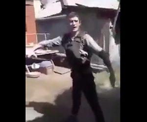 防弾チョッキに銃を撃つ男性