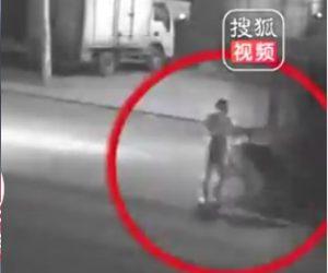 トラックに轢かれる男性