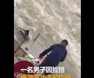 激流に流される釣り人