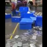 【動画】学校の給食で食中毒にあった小学生達。親が学校に駆け付け大暴れする