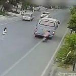 【動画】わき見運転していたスクーター運転手。停車しているバスに激突してしまう