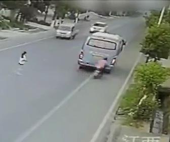 よそ見運転のスクーターがバスに激突