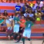 【動画】フットサルの試合で男が審判に頭突きし顔面をキック