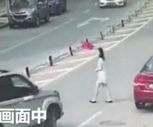 SUV車に轢かれてしまう女性