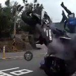 【動画】猛スピードのバイクがコーナーで滑り反対車線のバイクに突っ込んでしまう